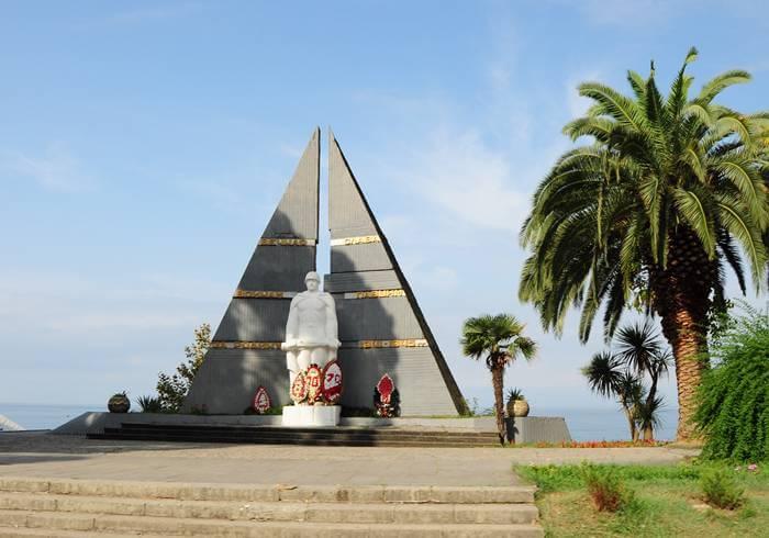 Памятник в Гагре.