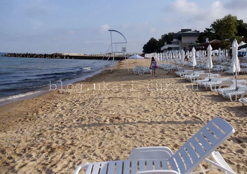 Песчаные пляжи Золотых песков в сентябре отдыхают от нашествия туристов...