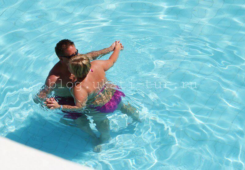 love_in_swimingpool