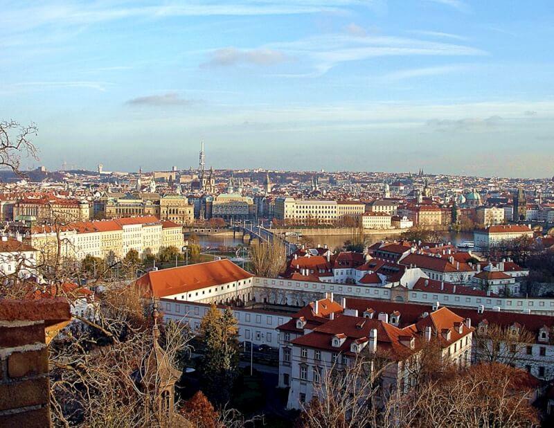 поехать в Чехию