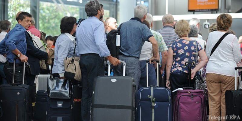туристы с чемоданами