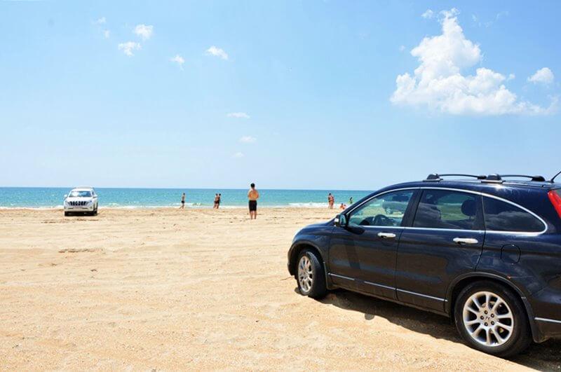 Машина на пляже