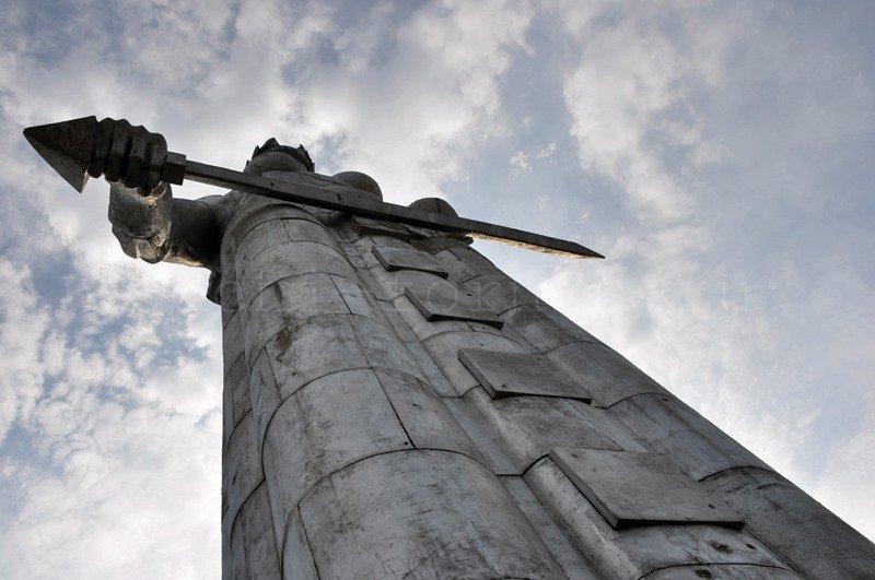 Statuya_Tbilisi_vblizi